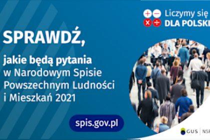Po lewej stronie grafiki jest napis: sprawdź, jakie będą pytania w Narodowym Spisie Powszechnym Ludności i Mieszkań 2021. W prawym górnym rogu są cztery małe koła ze znakami dodawania, odejmowania, mnożenia i dzielenia, obok nich napis: Liczymy się dla Polski! Poniżej widać zdjęcie tłumu ludzi. Na dole pośrodku jest napis: spis.gov.pl. W prawym dolnym rogu jest logotyp spisu: dwa nachodzące na siebie pionowo koła, GUS, pionowa kreska, NSP 2021.